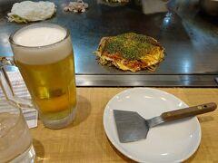 宮島からJRフェリーで10分、JRで30分で広島駅に着きました。 お腹がすいたので早速駅ビルでランチです。お好み焼き屋さんがいっぱいありました。お好み焼きにビール。最高です!