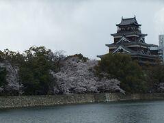 では平和記念公園へ向かいます。 途中広島城を見ながら30分ほど歩いて…