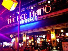 おっ~ 「レッドピアノ」見っけ! ここは、アンジェリーナ・ジョリーが映画の撮影で、シェムリアップに滞在したときに通っていたバーとして、一躍有名になりました。 一杯飲んで帰りますか?(^o^) え?お腹空いた!?(^_^;) 夕飯食べたじゃん?とはいえ、機内食の時間が早かったので、小腹が空いてるのは事実…