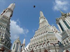 ここには、ヒンドゥー教の聖地カイラー山を模して造られたという大仏塔と、  それを囲むように4基の小塔が建てられています。  造られたのはアユタヤ王朝時代とのことですが、最近改修が終わって綺麗になったばかりとのこと。だからこんなに真っ白なんですね。改修前の姿を知らないので、なんとも較べようがないのだけど。煤けている頃の写真はネット上で見たことがあります。