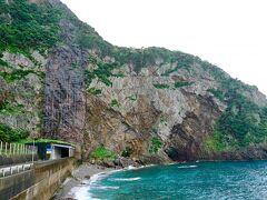 徳浜の断崖 この断崖は鎌倉時代の大地震によってできたらしい。 迫力あります。