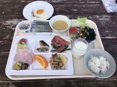 リザンシーパークホテル谷茶ベイさんの朝食は ・和洋食 ・中華 ・和食 と選べてとても便利です。  私たちは二日間とも和洋食が戴ける「シーサイドレストラン・谷茶ベイ」で戴きました。  それも「特等席」!!! 海辺に一番近いテーブルが空いています。 気温も湿度も申し分ない朝です。 (この日は6:00からビーチを散策し貝殻集め・・・)  こんな朝にビーチサイドの席が空いているなんて奇石、いえ奇跡♪ ビーチに寄せるさざ波を聞きながらの朝食なんて今後あるかどうか・・・。