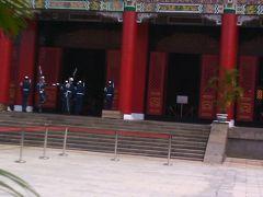 行天宮で衛兵交換式! 入隊したばかりの若い衛兵がやるらしい! 先輩が監督していた。
