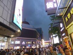 19:35 暗くなっても人がいっぱいです。