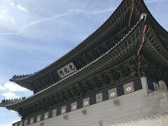 昼食をとってから、景福宮へ。雨も上がり青空が見えてきました。