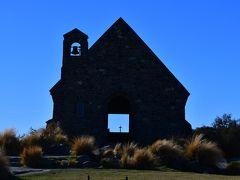 観光案内にも出てくる小さな教会です。 扉が開いていて、中の十字架が見えます。