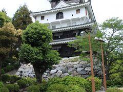 岩国城へは徒歩5分ほど。 階段状の道と舗装されたなだらかな道があります。