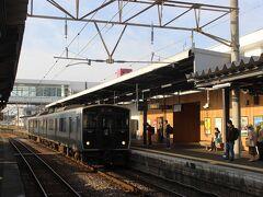 延岡駅から宮崎方面への2両編成の普通電車に乗り換えます。 この駅からは学生なども結構乗ってきて、2両電車の座席はほとんど埋まりました。