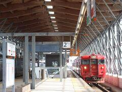 門川駅に戻り、普通電車で隣の日向市駅へ。  日向市駅は地元のスギをふんだんに利用した駅舎で、そのデザインのよさで国際的な賞である「ブルネル賞」をはじめ、デザイン関係の賞を受けた駅です。