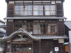旧高鍋屋旅館、現在は「日向市細島みなと資料館」 大正時代に造られた旅館で、当時では宮崎県では珍しい木造3階建で作られました。 政府要人、高級軍人なども宿泊したようで、その資料が展示されていました。 また繁栄していたころの細島の写真や資料なども展示されています。