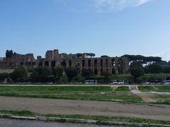 チルコ・マッシモの向こう側には、ローマ時代の遺跡も見えています。