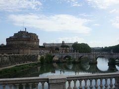 ヴィットリオ・エマヌエーレ二世橋を渡ります。  サンタンジェロ城がきれいに見えます。