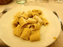 お昼はRistorante 'L'Eccellenza'で。  前菜はリガトーニのカルボナーラ。