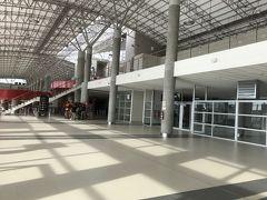 ピスコ空港到着。  綺麗で大きな空港。 ここではたくさんの日本人に会いましたが、割と閑散とした感じ。   パスポートを提示に、体重測定までありました。