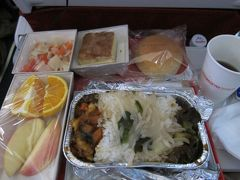 四川航空の機内食。 ピリ辛四川料理で、美味しかったです。