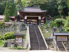 栄泉寺。竜宮門からは大森町が見渡せます。