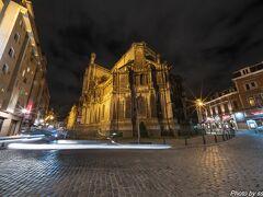 食後は夜景を撮りに聖カトリーヌ教会へ 暗くてよくわかっていませんでしたが、こちらは裏口のようです。
