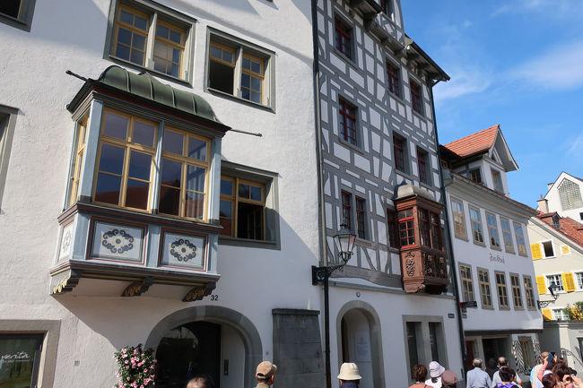 旧市街の建物で特徴的なのがこの出窓。<br /> 出窓は富の象徴であるらしく、商売などで儲かった人が競って作ったので多くの昔からの建物に見られた