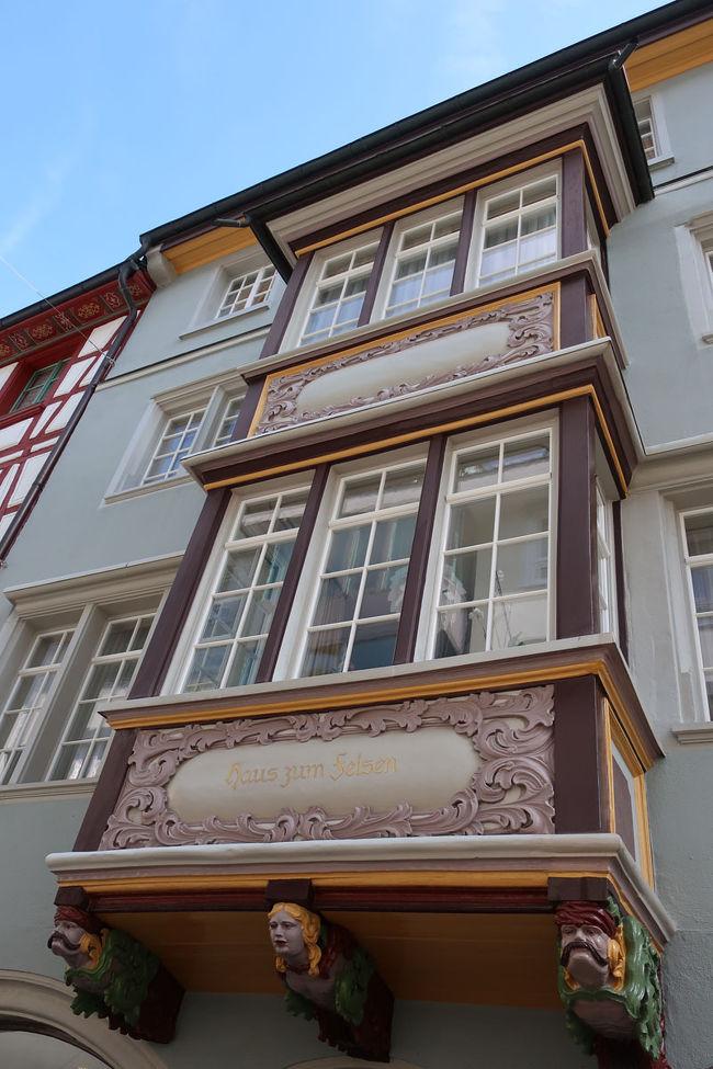 確かに、お金のかかるような出窓があちこちに見られます。<br /> 出窓の最下部には、用心棒がいるかのような彫刻が施されているのがこの町の面白さかも
