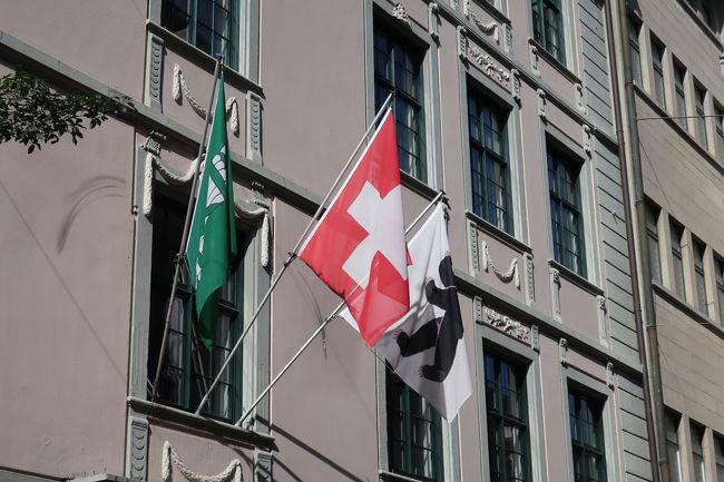 窓には国旗と緑のザンクトガレン州旗、などが掲げられていて、スイスらしさがあります
