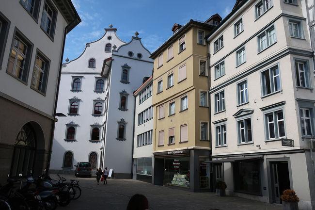 マルクト通りを大聖堂に向かって進みました。そして、広場に出たところで、そこを囲む建物たち