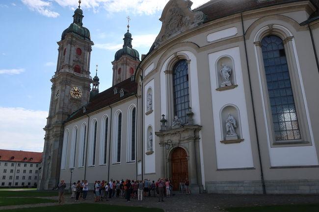 広場から大聖堂を見る