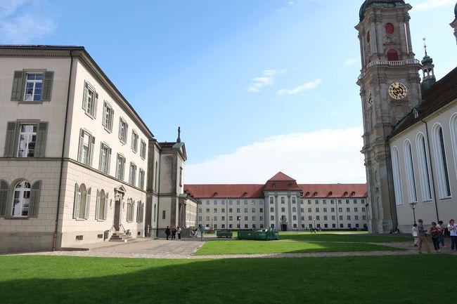 奥には、旧修道院。右に大聖堂