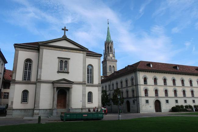 旧修道院の向こうには、聖ロレンツォ教会の塔が見えています