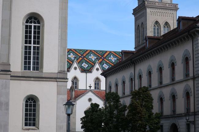 聖ロレンツォ教会の屋根はモザイク模様で、ちょっと面白い