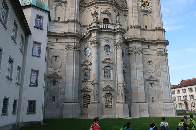 大聖堂の周辺を左回りに修道院の中庭へと回り込んでいきます
