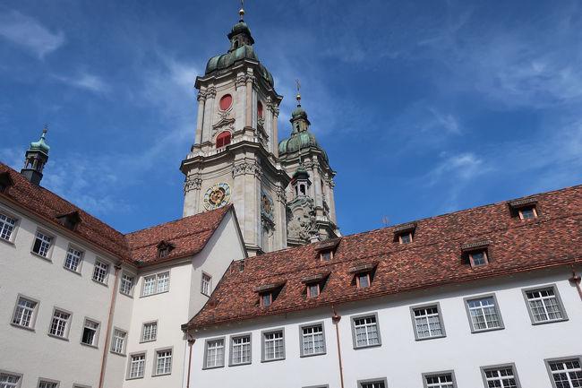 修道院の横には、世界遺産大聖堂の塔が聳えています
