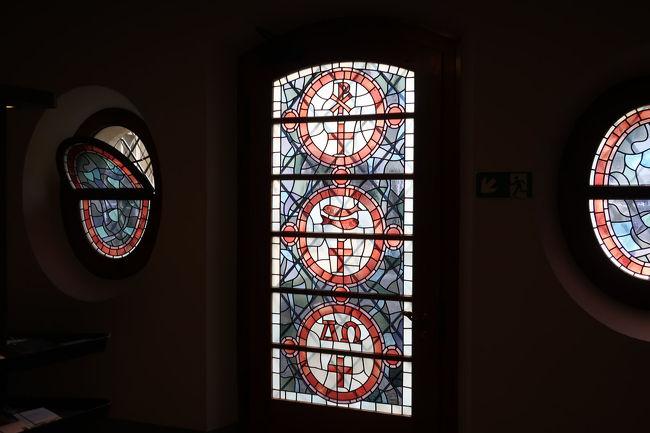 実は、修道院付属図書館を見学し、ロココ様式の壁や天井、そして古い重厚な蔵書など見たのですが、写真撮影禁止と言うことで、一気に大聖堂内部のステンドグラスの写真となります