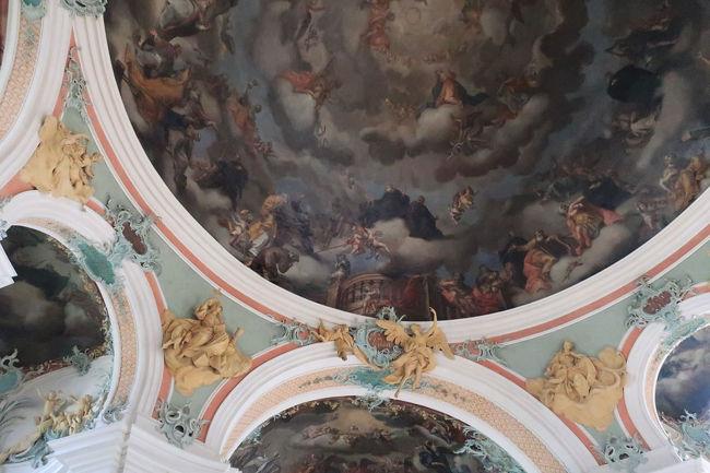 天井画の周囲には彫刻が配置されている