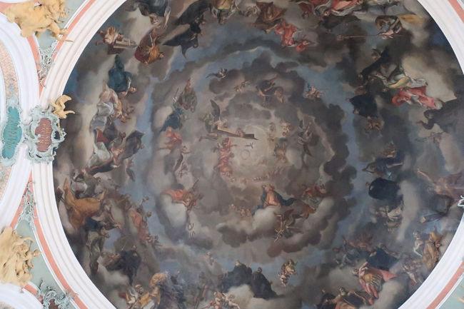 天井画は荘厳な雰囲気
