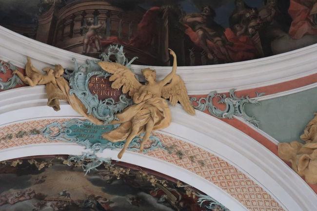 彫刻も繊細で、立体感があって豪華な天井に見えました