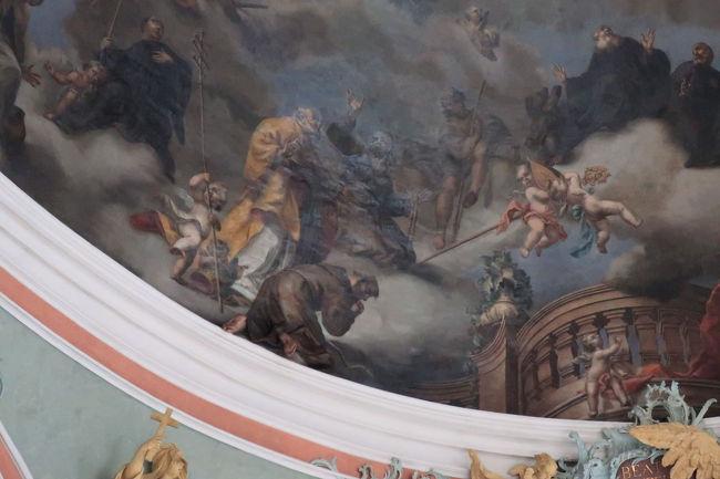 真ん中の跪いている男の人の足は、実は絵では無くて立体的に天井から飛び出している、という凝った表現など、中世の冨のなせる技だなあと思いました