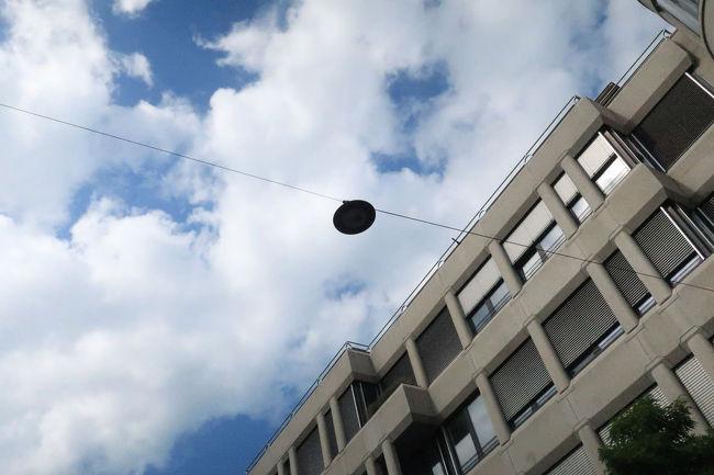 この丸い円盤、実はきっと街路灯