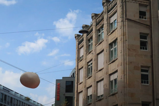 街路灯は、チューリッヒでも同様でしたが、道の真ん中の空中にある感じ。電柱から建てるのでは無く、ビルからワイヤーを張って、それに吊ってある。これもお国柄かな