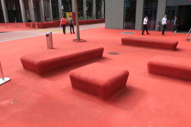 ビルの合い間の赤い空間。シュタットラウンジ、というモダンアートらしい