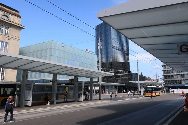 駅舎が歴史的な重厚な建物であるのに対し、並んで建っているビルはガラスカーテンウォールの近代的なビル