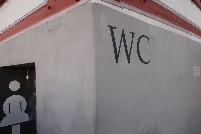 広場に隣接する建物のトイレを借ります。公衆トイレではないのですが、みんな使っていました