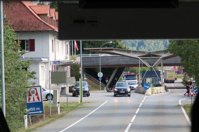 スイスとオーストリアの国境を抜けて行きます