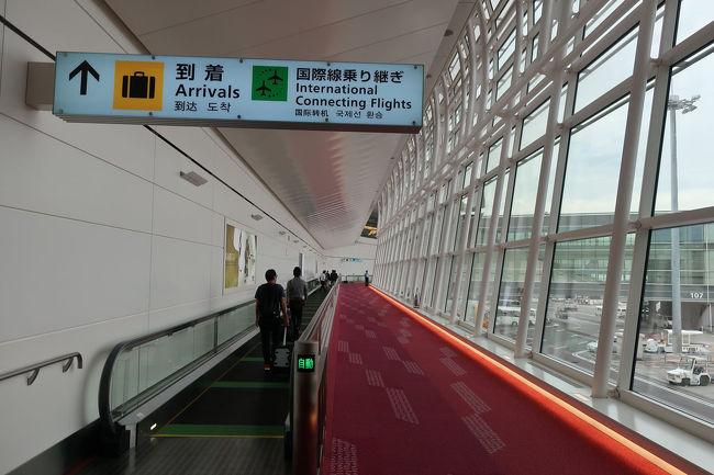羽田空港国際線ターミナルに入り、入国審査に向かいます