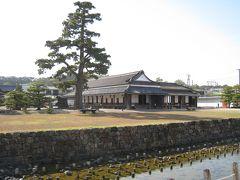 新居関所。 今切関所といい、慶長5年(1600)徳川家康により設置。 全国で唯一現存する関所建物だそうです。 現在の建物は安政2年(1855年)から5年にかけて建て替えられたもの。昭和46年に解体修理されています。