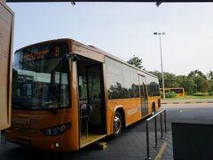 ビーチ駅に到着したバスB。