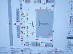 大きい荷物はインタウンチェックインで台北駅にて預託。 パイナップル2個を抱えてMRTで空港へ、、、。  さて、古いブログの情報を頼りに、第二ビル1階で検疫所を探す。しかしブログ情報の場所には「税関支署」が、、。税関の人いわく「3階にある」と地図を示して教わるが、そこは拡張された23番カウンターがあるだけ。  仕方がないので3階中央の案内カウンターで聞くと『1階』だと。青い看板と黄色い看板が目印だと、、、。  でようやく1階にたどり着き、、、。
