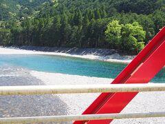 """勢和多気より約1時間ほど、 海山ICで降りました。 そこから、10分程度で銚子川を渡ります。  この清流は、日本有数の透明度を誇り、  """"見えないものが見える川 奇跡の清流  銚子川""""と題して、 NHKスペシャルで放映されました。  https://www.nhk-ondemand.jp/goods/G2018092947SA000/  ■三重県南部に、専門家たちが 「見えないものが見える川」と呼ぶ """"奇跡の川""""がある。 全長わずか17kmの小さな川、銚子川。 理由はその透明度だ。源流から河口まで、 水中で20メートル先まで見通せるほど 透き通っている。 そのため銚子川では、 普通の川では濁って見ることのできない現象や、 生き物たちの生態が手に取るように 見ることができる。 ~NHK番組案内より~"""