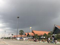 カンボジア時間、14時15分無事にシェムリアップ国際空港に到着しました。 曇っていますが蒸し暑いです。