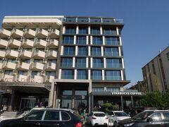 今回クシャダスで泊まったホテルはこちら。 街中のビジネスホテルって風貌ですが、海岸通りに面しているので、海が目の前に見えるんです。  Ilayda Avantgarde Hotel https://goo.gl/maps/FB1KMjaYjYKTxKuy5  1階にスタバも入ってます。