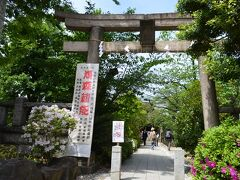 鳩森八幡神社さんの鳥居と参道です